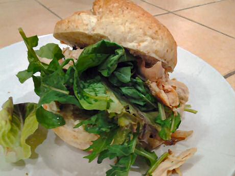 Chicken burger with cholesterol free garlic sauce, roasted chicken en fresh salad leaves