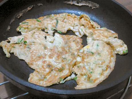 Simple fried omelet with 1 egg, almond milk, pepper, salt and spring onion