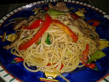Fried spaghetti with pork, sweet red pepper and bok choy
