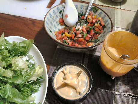 Easy vegetable salad with cut tomatoes, mixed salad leaves and a yummy yogurt dressing with tomato, olive oil and mustard.